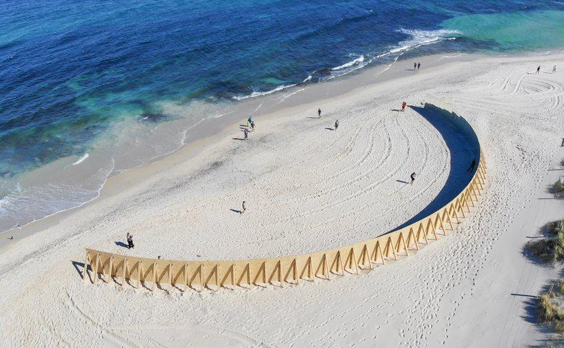 تجربه متفاوتی از فضای ساحلی توسط چیدمانی از آینه