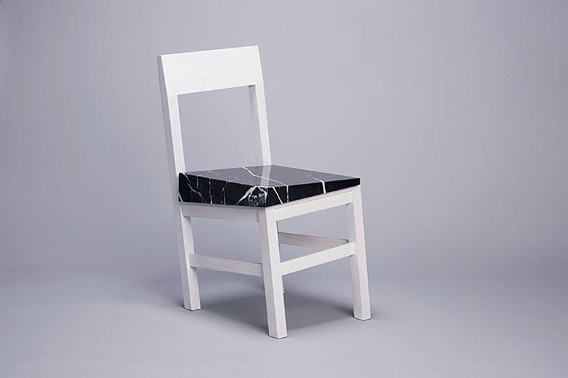طراحی توهمی از سقوط در یک صندلی