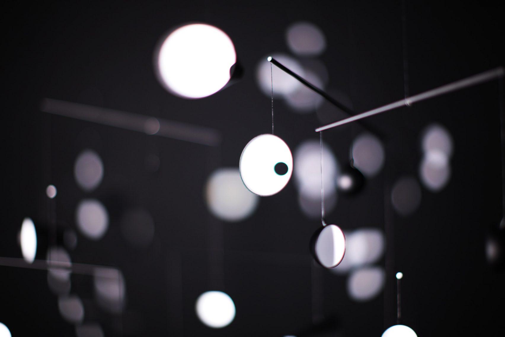 خلق چیدمانی توسط انعکاس های نور در آینه