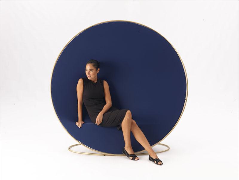 طراحی صندلی متفاوت در زمینه عکاسی مُد