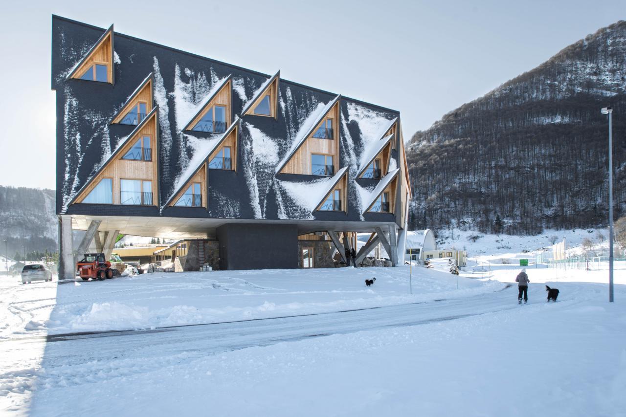 طراحی هتلی کوهستانی با نمایی ملهم از قلههای کوهستان