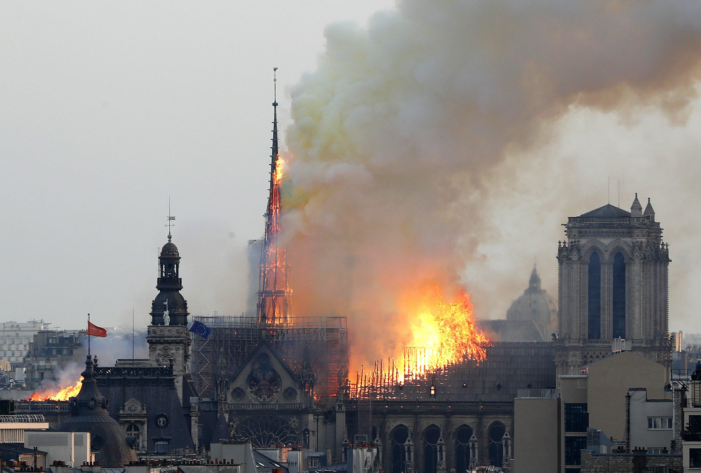 آتش سوزی در سقف کلیسای جامع نتردام پاریس