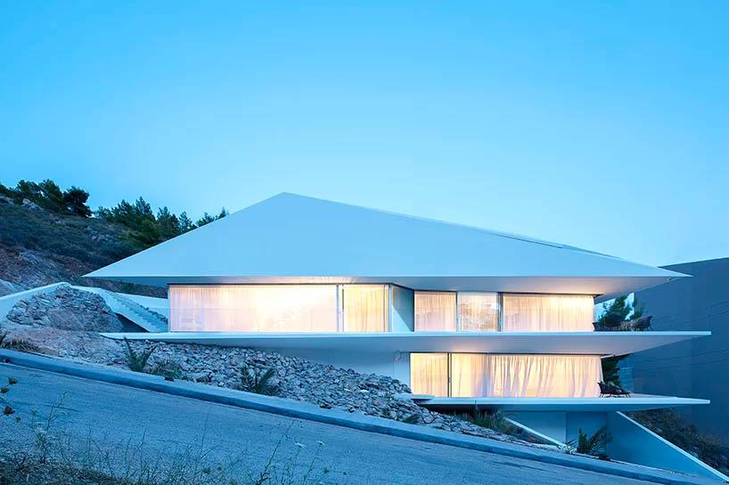 خانه ای به شکل اریگامی در دامنه کوهی در یونان توسط استودیو معماری 314