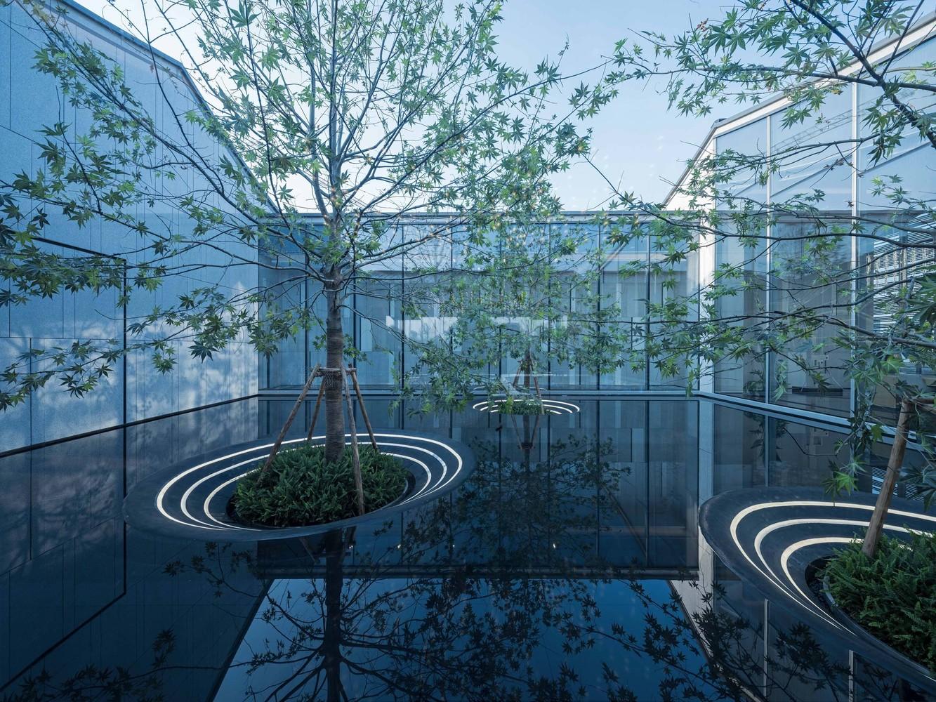 حیاط خلوتی غوطه ور در آب؛ نگاهی به طراحی حیاط خلوت مفهومی ساختمان Jiangnan