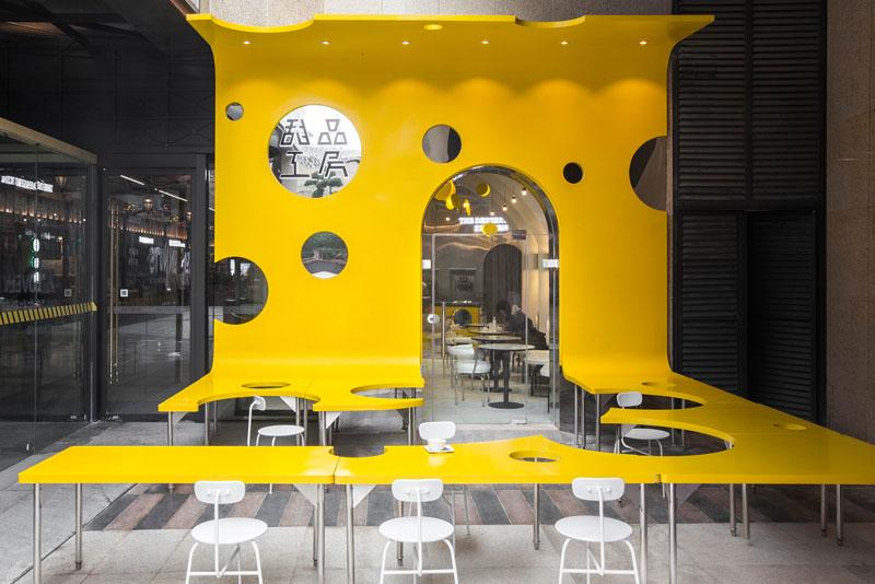 الهام از فیلم چارلی و کارخانه شکلات در طراحی داخلی کافه ای در چین