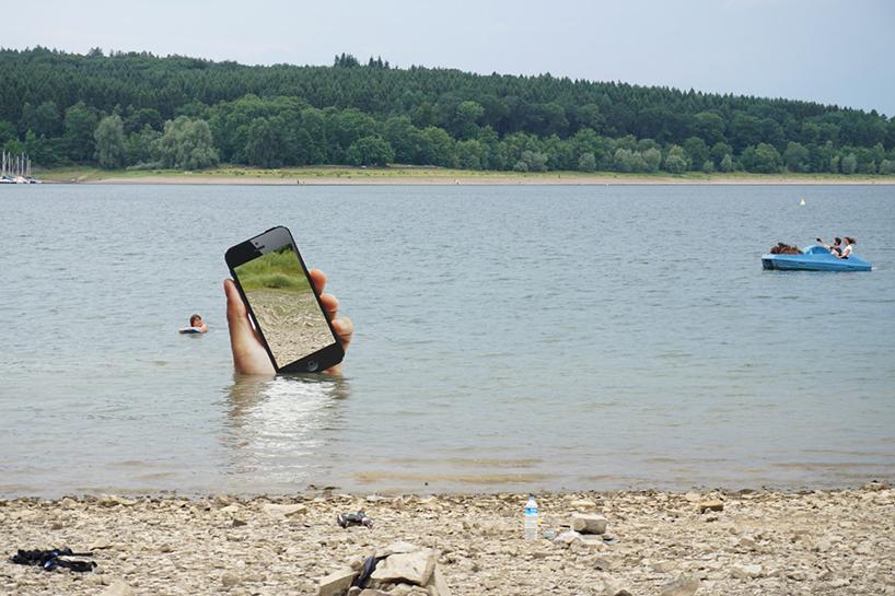 هشدار برای جا نگذاشتن تلفن همراه با مجسمه ای عظیم در دل رودخانه