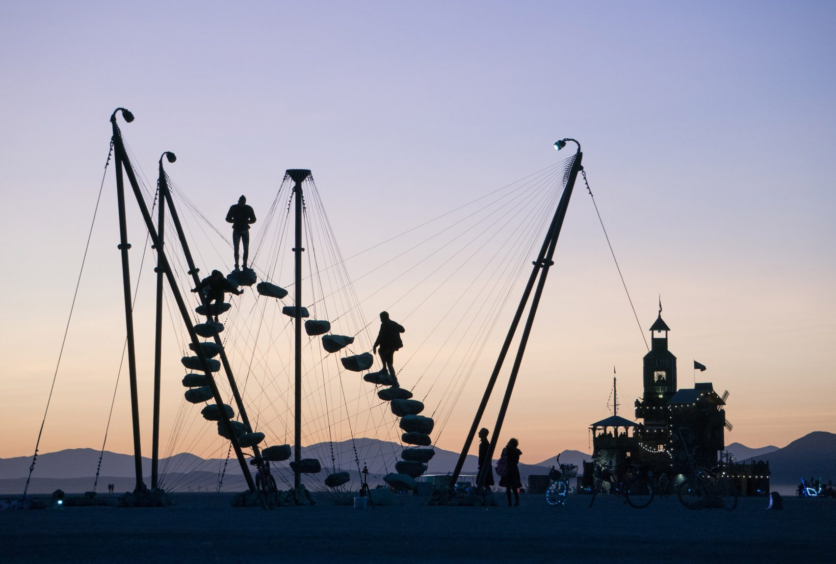 """پله های مدور Benjamin Langholz در Burning Man """"یک واقعیت متناوب"""" ایجاد می کند"""
