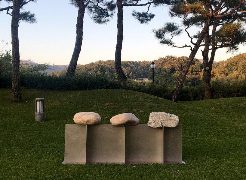 طراحی نیمکتی سنگی که با طبیعت هارمونی دارد