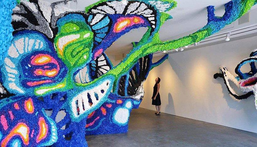 خلاقیت در ساخت مجسمه های بزرگ و رنگارنگ با مواد یکبار مصرف