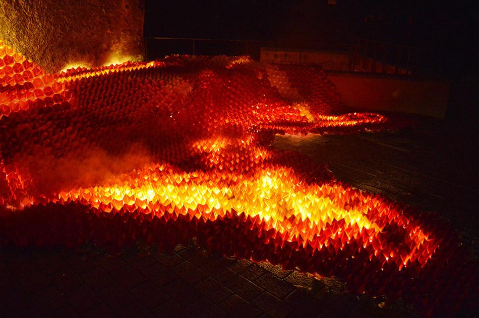 """چیدمان موقت """"Origami Lava"""" در فستیوال نور و آتش Lluèrnia کاتالونیا"""
