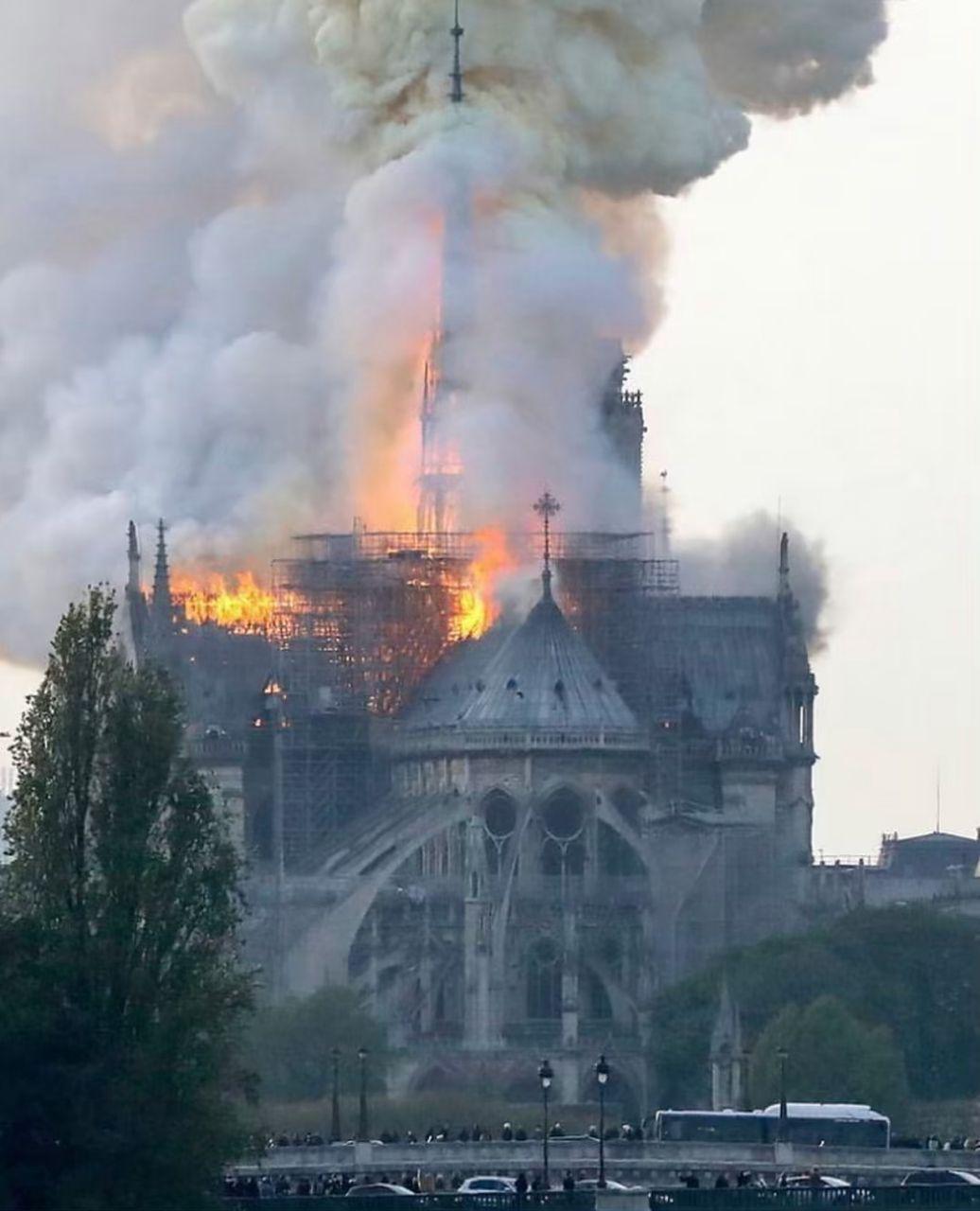 ساختمان کلیسای نوتردام از آتش سوزی کامل حفظ شد