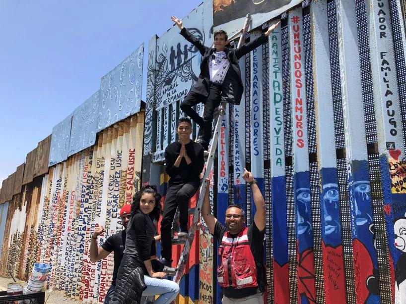 مشارکت عمومی برای یک نقاشی دیواری بر دیوار مرز مکزیک و امریکا