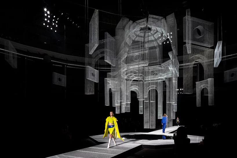 چیدمانی از سیم برای دکوراسیون یک fashion show