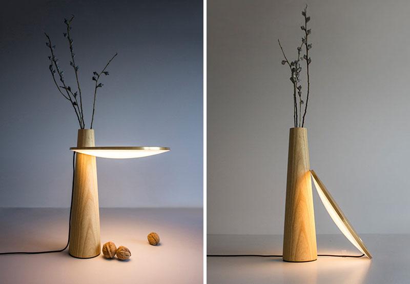 ترکیبی از یک لامپ، میز و گلدان