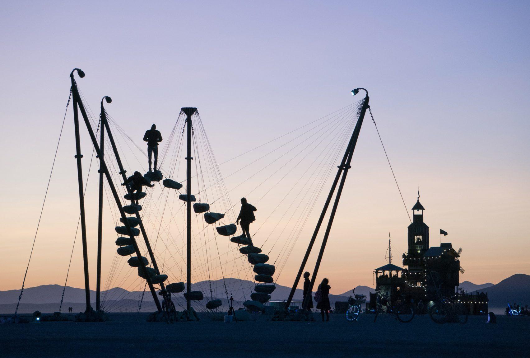 """پلههای مدور Benjamin Langholz در Burning Man """"یک واقعیت متناوب"""" ایجاد می کند"""
