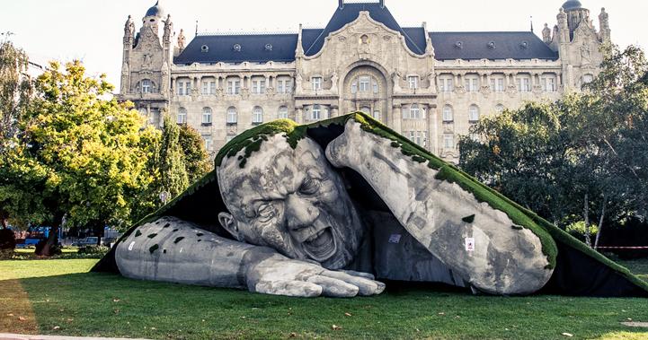 مجسمه غول پیکر در Széchenyi Tér