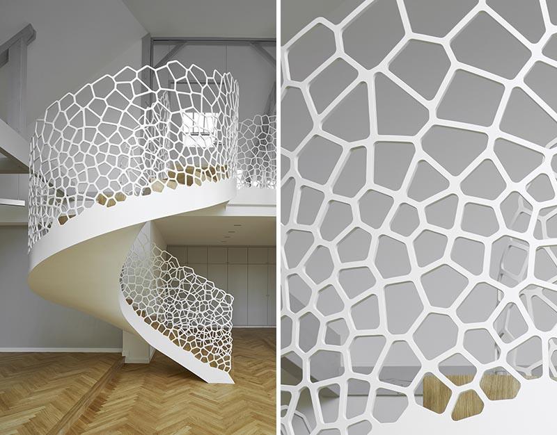 پله مارپیچی سفید ظرافت را به آپارتمان می بخشد