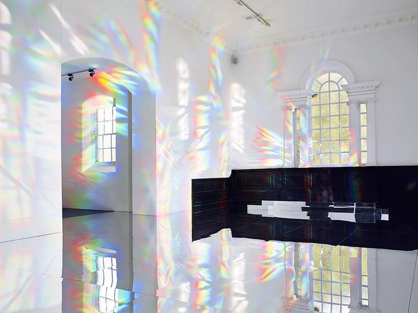آراستن کلیسایی کوچک با نورهای رنگینکمانی و صدای نفسهای هنرمند