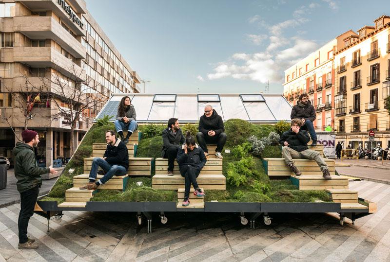 یک دفتر طراحی قابل حمل با صندلی در فضای باز