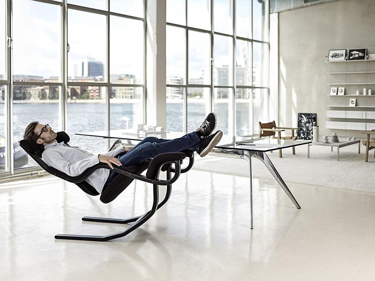 نگاهی به طراحی صندلی استراحت Gravity Balans