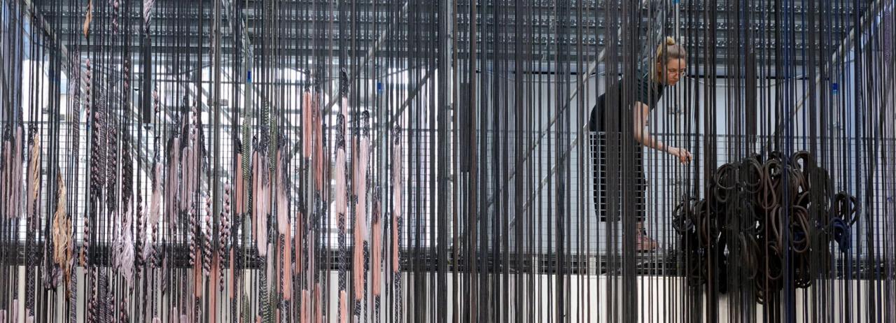 تبدیل نمایشگاه پاریس به کارگاه آزاد بزرگ نساجی توسط هنرمند هلندی hella jongeius