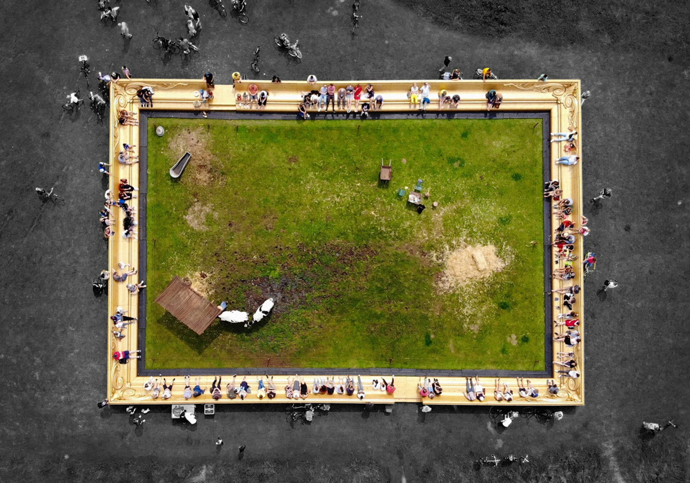 بازآفرینی نقاشی روستایی با گاوهای زنده در قلب لندن