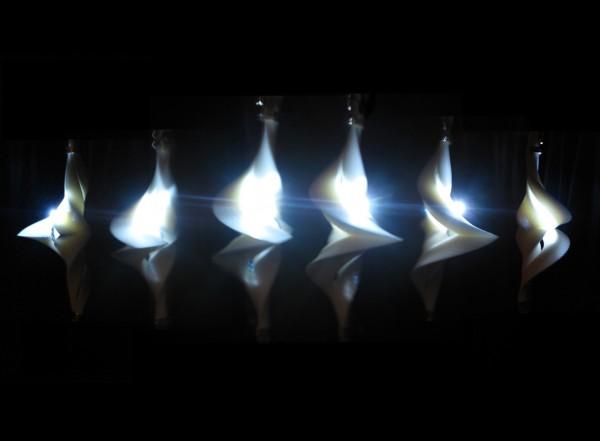 نمایشی از انرژی جنبشی جریان الکتریکی توسط طراحی متفاوت یک لامپ