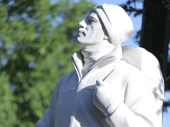 مجسمه فاتح قله اورست در درکه نصب و رونمایی شد
