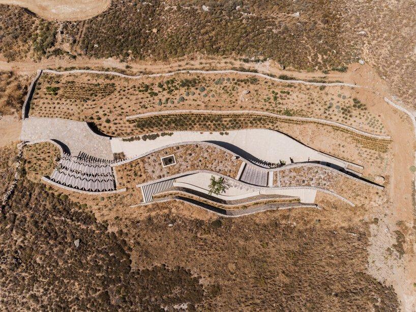 خانه تابستانی سنگی پیچ و خم دار در دل جزیره Serifos در یونان
